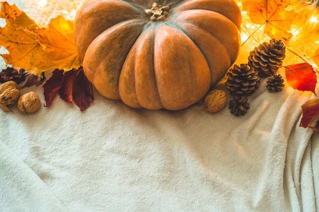 Feliz día de acción de gracias de fondo, en casa decorada calabaza, conos, nueces y guirnalda de hojas de otoño. hermosa escena de concepto de festival de otoño de vacaciones otoño, cosecha
