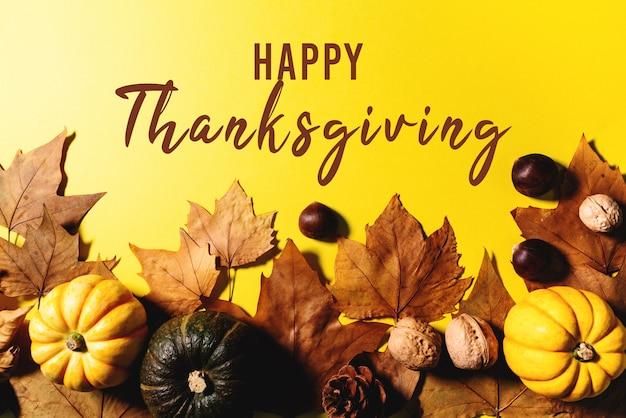 Feliz día de acción de gracias con hojas de arce, nueces y calabaza