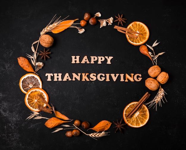 Feliz día de acción de gracias con marco de otoño