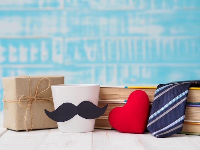 Feliz día del padre concepto. caja de regalo, una taza de café, libros, corbata.