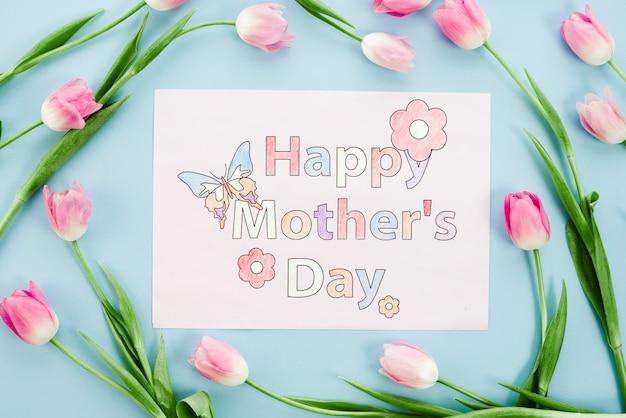 Feliz dia de la madre dibujo en papel con tulipanes rosados
