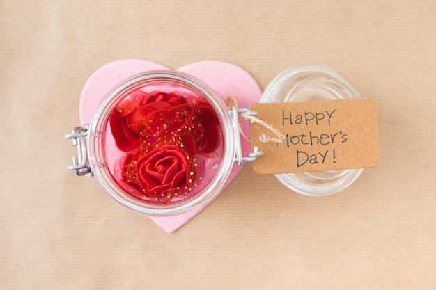 Feliz día de la madre inscripción con flores color de rosa en lata