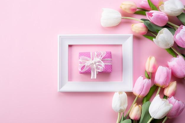 Feliz día de la madre con vista superior del marco de fotos y caja de regalo