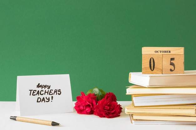 Feliz dia del maestro libros y flores.