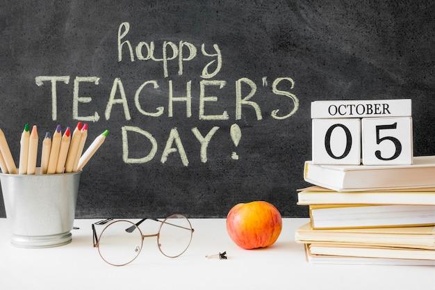 Feliz día del maestro con manzana tradicional
