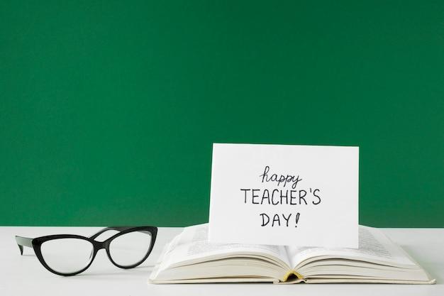 Feliz día del maestro tarjeta de felicitación y gafas de lectura.