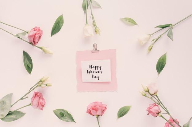 Feliz día de la mujer inscripción con flores color de rosa