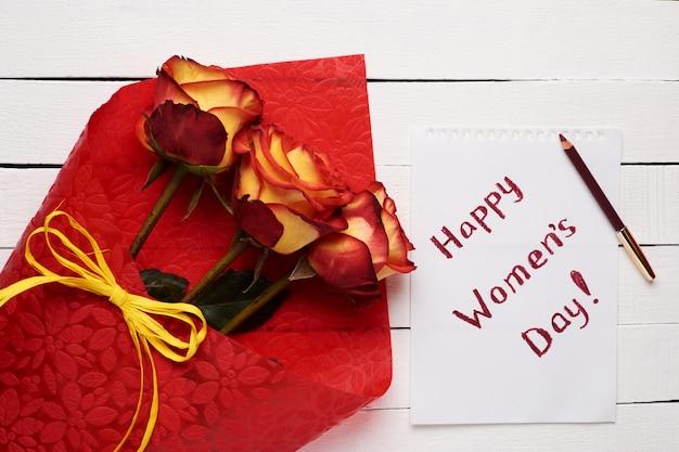 Feliz día de la mujer plana con rosas