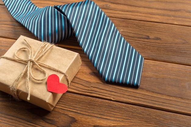 Feliz día del padre, corbata en la mesa de madera.