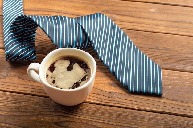 Feliz día del padre. corbata en la mesa de madera