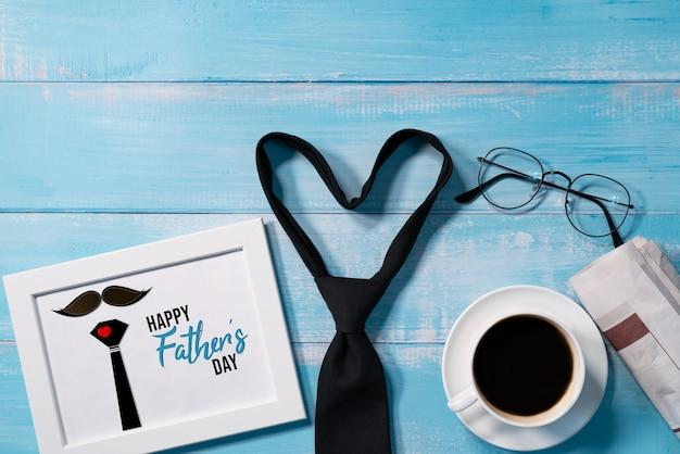 Feliz día del padre, corbata con una taza de café y gafas.