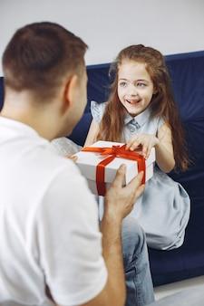 Feliz día del padre. hija saluda a papá. hija con papá.
