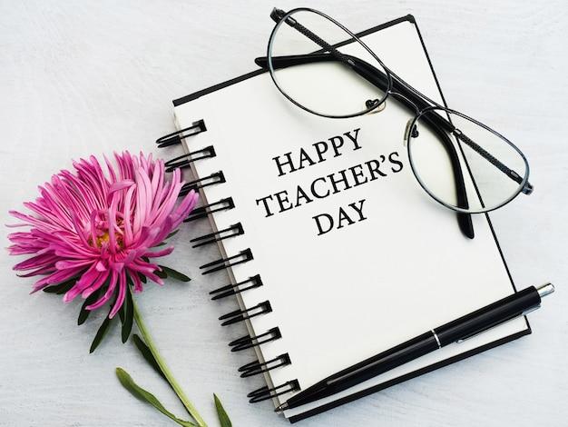 Feliz día del profesor. hermosa tarjeta de felicitación. de cerca