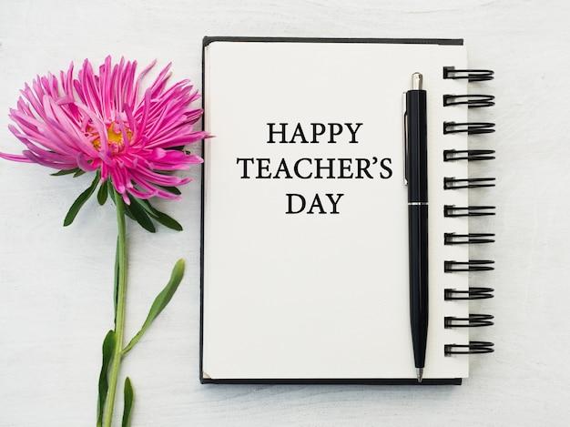 Feliz día del profesor. hermosa tarjeta de felicitación. primer plano, vista desde arriba. concepto de fiesta nacional. felicitaciones para familiares, parientes, amigos y colegas.