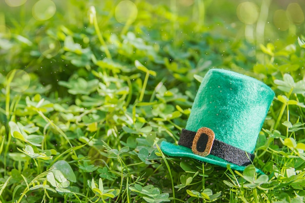 Feliz dia de san patricio. fondo de hierba verde