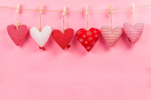 Feliz día de san valentín y corazón. tarjeta con feliz día de san valentín y corazón