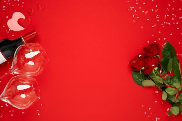 Feliz día de san valentín. plantilla de ramo de rosas y botella de vino con copas con confeti en rojo