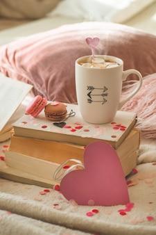 Feliz día de san valentín postal. concepto de amor para el día de las madres y el día de san valentín. corazones y los libros con taza de café. tarjeta de san valentín con espacio para texto