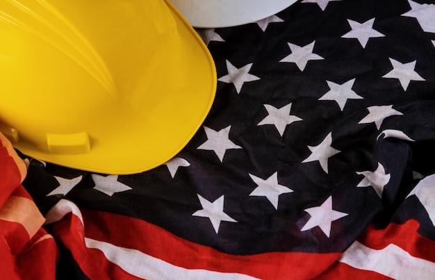 Feliz día del trabajo patriótico estadounidense bandera estadounidense y casco amarillo