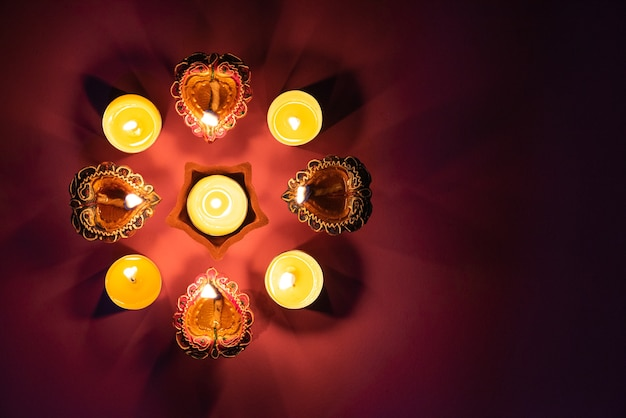 Feliz diwali - lámparas de arcilla diya encendidas durante dipavali, celebración hindú del festival de luces.