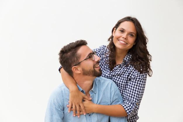 Feliz dulce pareja divirtiéndose