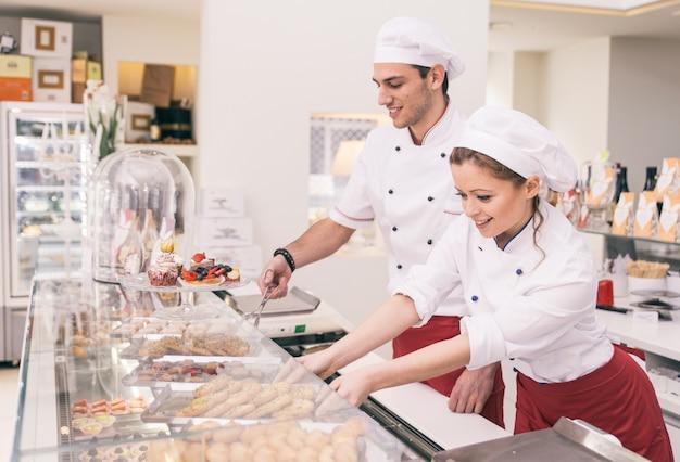 Feliz empleador y mujer de negocios en una pastelería