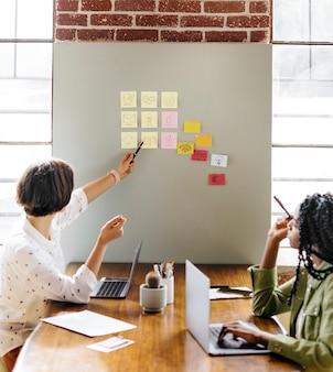 Feliz empresaria diversa intercambiando ideas