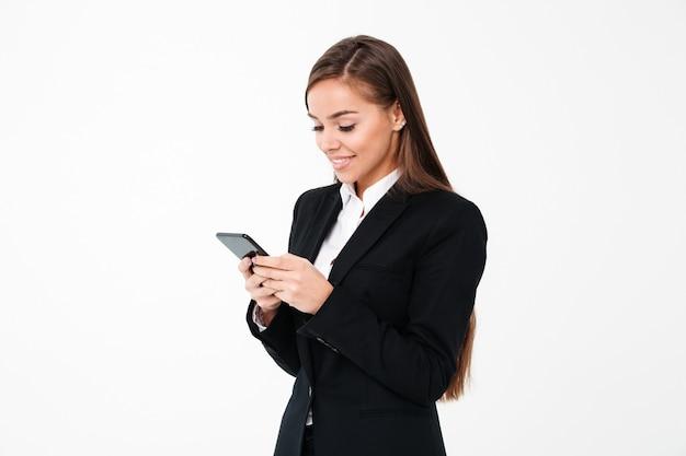Feliz empresaria linda chateando por teléfono.