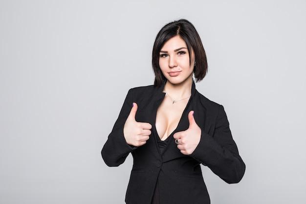 Feliz empresaria sonriente con los pulgares para arriba gesto, aislado en blanco