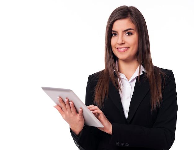 Feliz empresaria con tableta digital