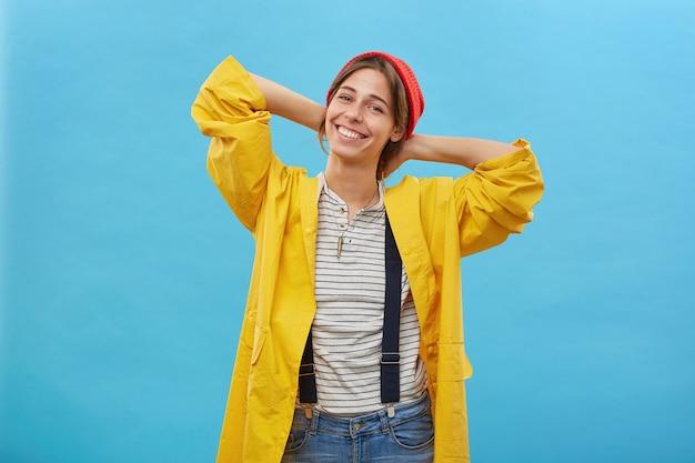 Feliz encantadora joven mujer sintiéndose emocionada