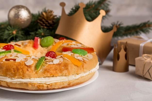 Feliz epifanía sabrosa tarta y regalos vista frontal