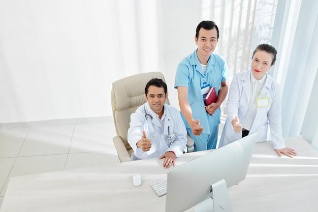 Feliz equipo de doctores