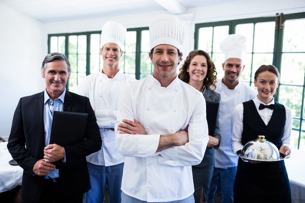 Feliz equipo de restaurante de pie juntos en el restaurante