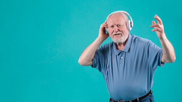 Feliz escuchando música senior
