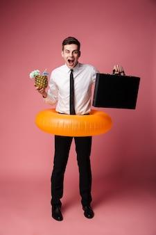 Feliz excitado joven empresario con anillo de goma