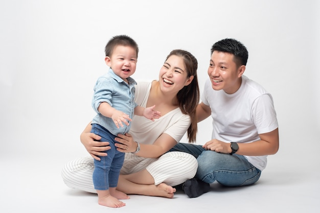 Feliz familia asiática se disfruta con hijo