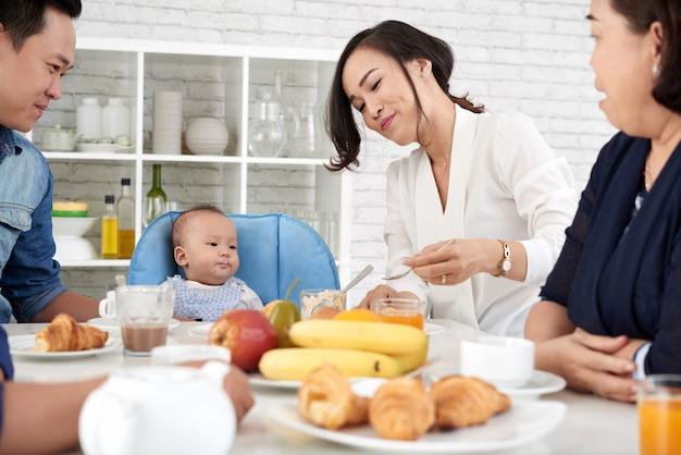Feliz familia asiática en la mesa de la cena
