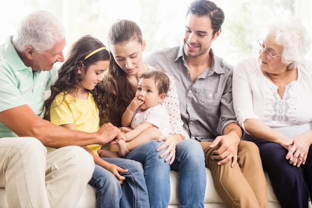 Feliz familia extendida sonriendo en casa