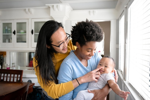 Feliz familia multicultural pasar tiempo juntos en la nueva normalidad