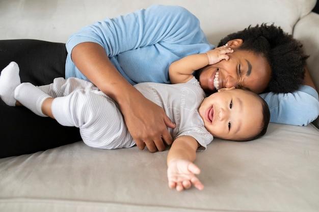 Feliz familia multiétnica pasar tiempo juntos en la nueva normalidad