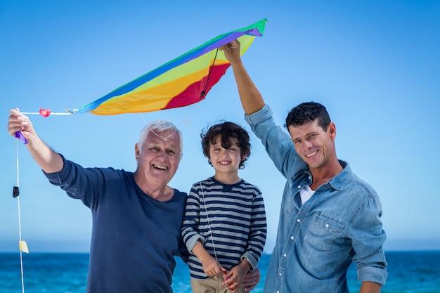 Feliz familia multigeneración jugando con una cometa