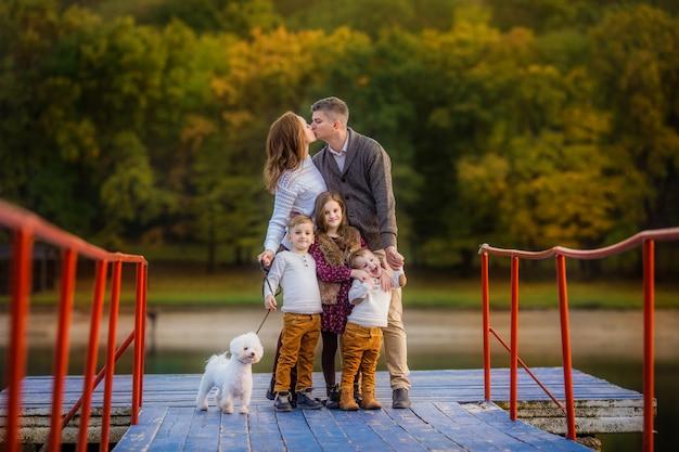 Feliz familia numerosa en otoño a pie