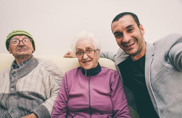 Feliz familia selfie con abuelos.