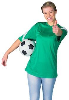 Feliz fanático del fútbol en verde