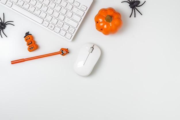 Feliz festival de halloween. espacio de trabajo de escritorio plano endecha vista superior con copyspace.
