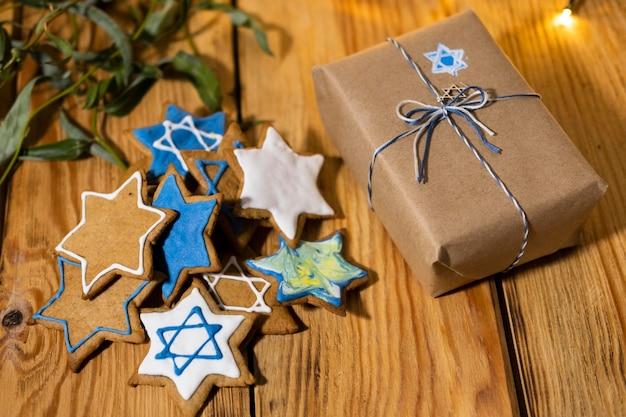 Feliz fiesta de hanukkah, estrella de david, galletas y regalo