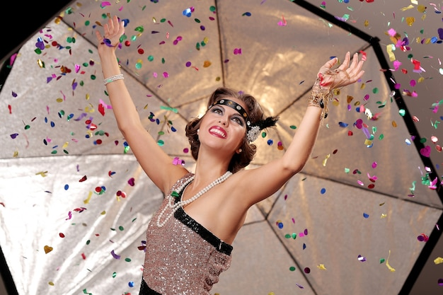 Feliz fiesta mujer manos de arriba