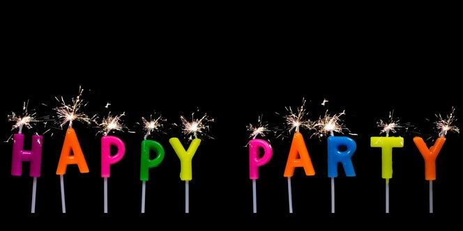 Feliz fiesta texto bruja fuegos artificiales