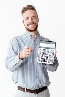 Feliz gerente con la calculadora apuntando al cliente